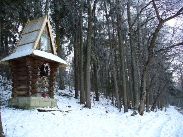 Kapliczka na skraju lasu - kliknij żeby powiększyć