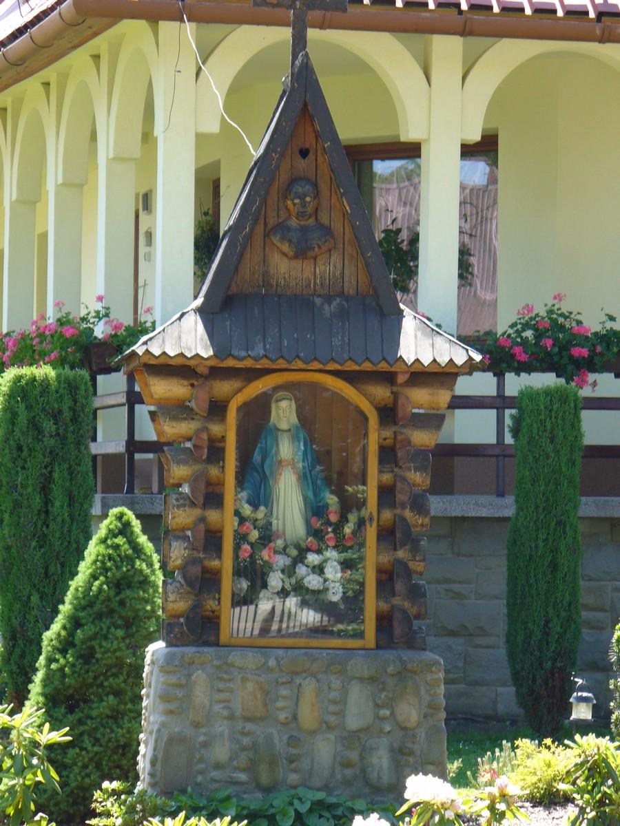 Kapliczka przed plebanią